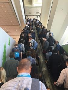 Eskalátory plné lidí